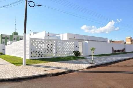 8. Modelo de fachada de muro feita em cobogó branco. Fonte: Pinterest