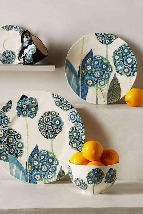 13. Pratos de porcelana para decorar sua cozinha – Via: Anthropologie