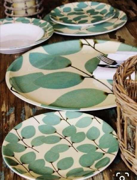 32. Pratos de porcelana verde – Via: Barro com Ceramica