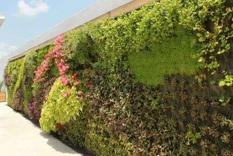 9. O modelo de muro de casa com jardim vertical é uma tendência na arquitetura. Fonte: Pinterest