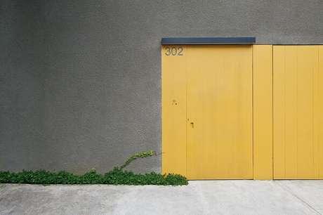 69. Modelo de portão de concreto com portão amarelo. Fonte: Pascali Semerdjian Arquitetos