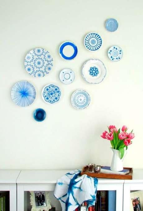 38. Parede decorada com pratos avulsos de porcelana – Via: Wevans
