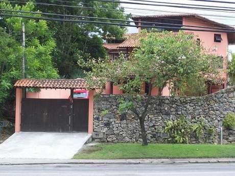18. Fachada de casa com modelo de muro de pedra. Fonte: Hebe Araújo