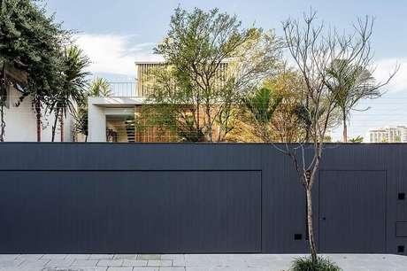 78. O modelo de muro em tom escuro se destaca na fachada da casa. Fonte: Felipe Hess