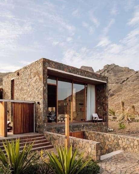 66. Modelo de muro para casa revestido com pedra bolão. Fonte: Pinterest