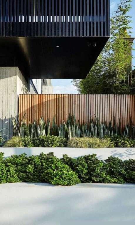 38. Modelo de muro com madeira e canteiro verde. Fonte: Pinterest