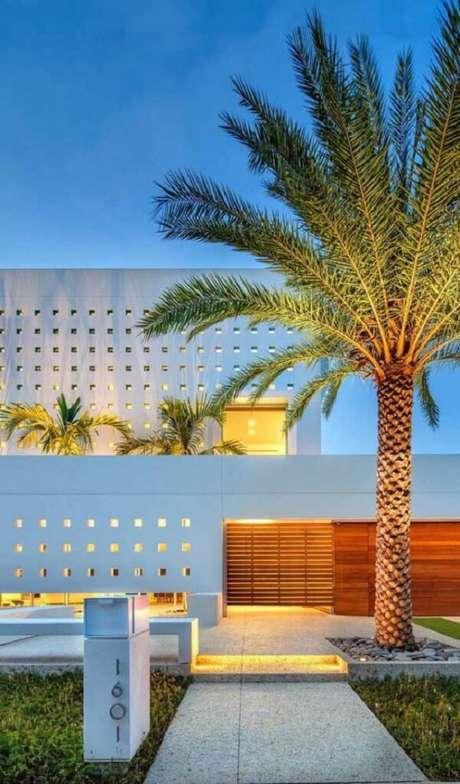 10. A iluminação da área externa realça a beleza do muro. Fonte: Pinterest