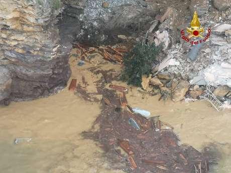 Deslizamento de terra em Camogli destruiu grande parte do cemitério