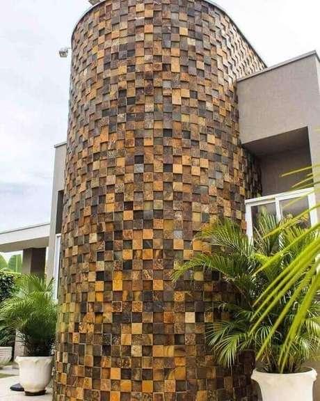 11. Aproveite todas as vantagens que o revestimento pedra ferro oferece e construa um lindo modelo de muro com pedras decorativas. Fonte: Invento Arquitetura