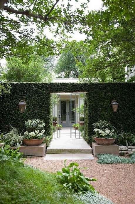24. Modelo de fachada de muro com plantas trepadeiras e arandelas coloniais. Fonte: Pinterest