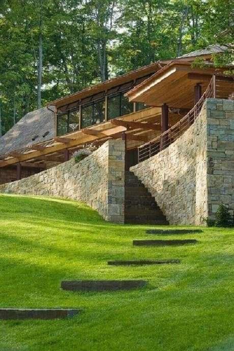 53. Modelo de muro de pedra realça a beleza da casa de campo. Fonte: Pinterest