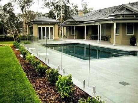 43. Modelo de muro com vidro para área da piscina. Fonte: To Do Lanscape