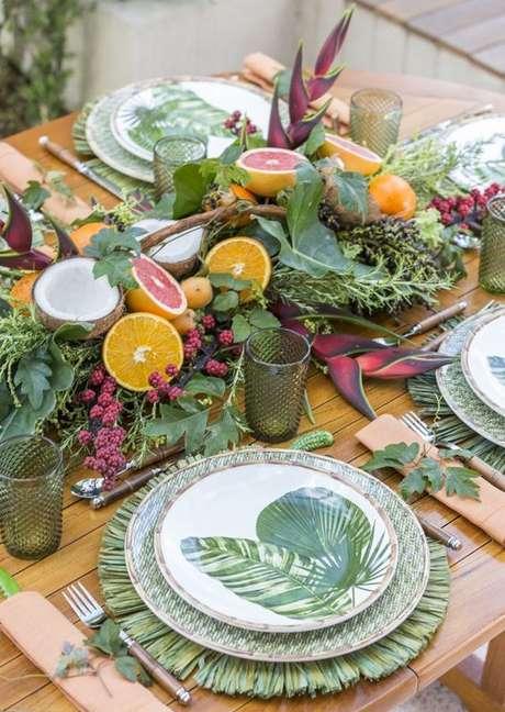 39. Decoração com pratos de porcelana de folha – Via: Vamos Receber