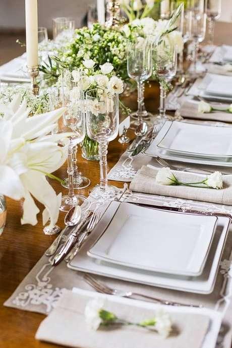 3. Mesa de jantar com pratos quadrados – Via: Oxford