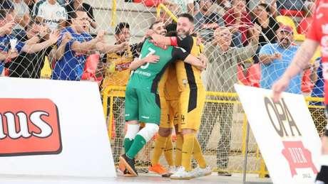Jogadores do Magnus Futsal comemoram um gol (Site Oficial Magnus Futsal)