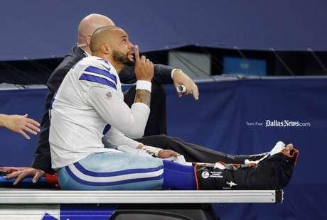 Dak Prescott é retirado de campo após sofrer grave lesão no tornozelo direito, contra o New York GIants (Foto: Reprodução/Twitter/Tom Fox)