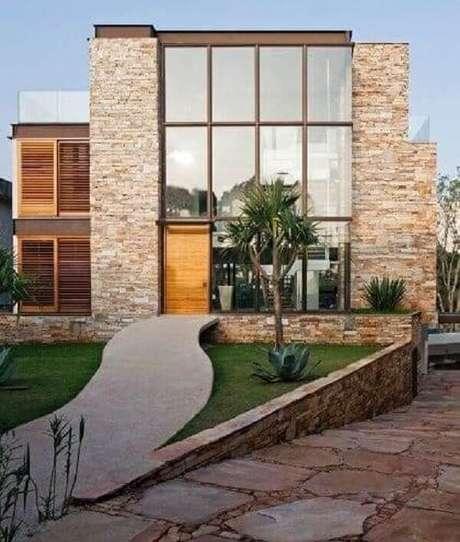 68. Modelo de muro residencial feito com pedra madeira. Projeto por Monica Drucker