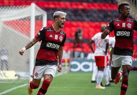 O meia Arrascaeta comemorando um dos gols na vitória sobre o Internacional (Foto: Alexandre Vidal/Flamengo)