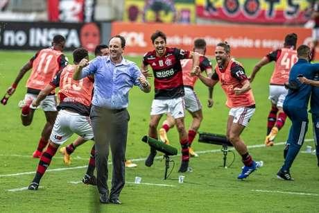 Rogério Ceni e jogadores do Flamengo celebram vitória em cima do Internacional que deu a liderança do Brasileirão para os rubro-negros (Foto: Marcelo Cortes/Flamengo)