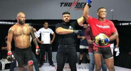 Jailton Malhadinho finalizou Gameth e se tornou o novo campeão meio-pesado (Foto: Reprodução/Thunder Fight)