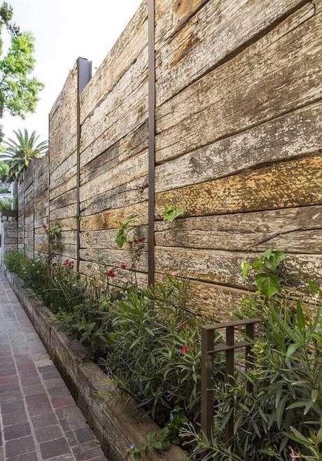 62. Modelo de muro para casa feito com madeira rústica. Fonte: Pinterest