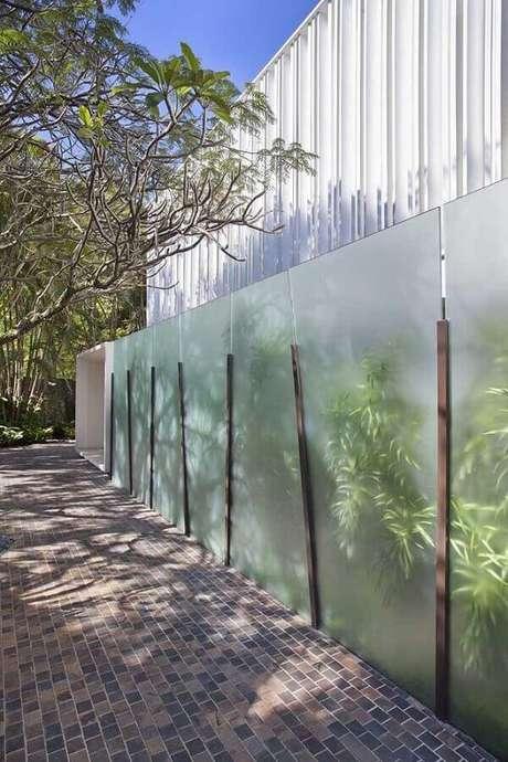 75. O modelo de muro com vidro jateado traz um toque sofisticado para a fachada. Fonte: Pinterest