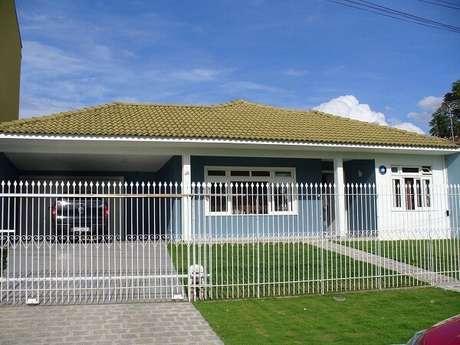 17. Fachada de casa com modelo de muro com grade branca. Fonte: Juliana Lahoz