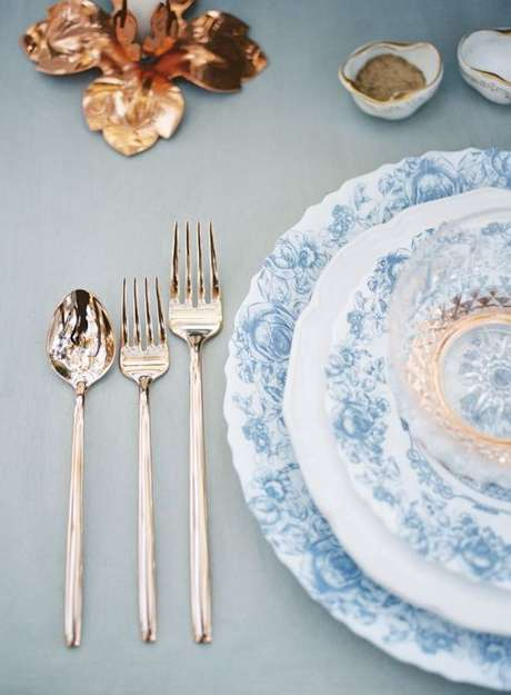 51. Conjunto de pratos branco e azul para eventos especiais – Via: Brittany Best