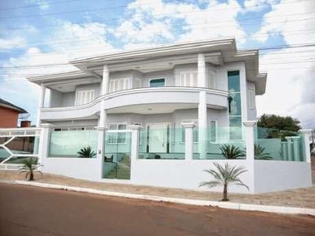 48. Modelo de muro de frente de casa feita com vidro e portão combinando. Fonte: MR Vidros