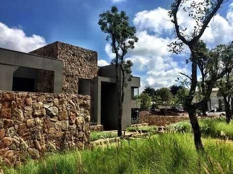 14. Casas de campo normalmente optam pelo uso de modelo de muro feito com pedras. Fonte: Daniel Nunes Paisagismo