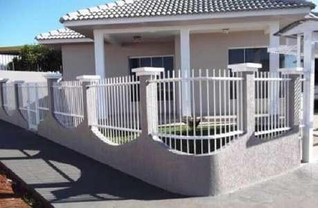 33. Modelo de muro com grade delimitam a área do imóvel. Fonte: Decorando Casas