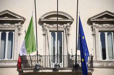 Sede do governo da Itália, em Roma, com bandeiras a meio-mastro para homenagear mortos no Congo