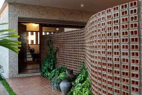 55. Modelo de muro feito com tijolo aparente dá um toque rústico para a casa. Fonte: Pinterest