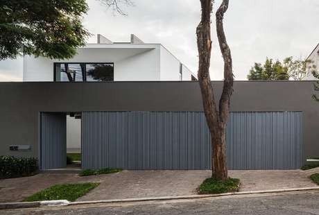 20. Fachada de casa moderna com modelo de muro sofisticado. Fonte: FCstudio
