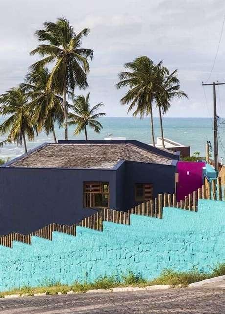 67. Modelo de muro residencial colorido feito em alvenaria delimitam a área da casa. Fonte: Pinterest