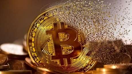 Bitcoin sofre maior queda diária da história