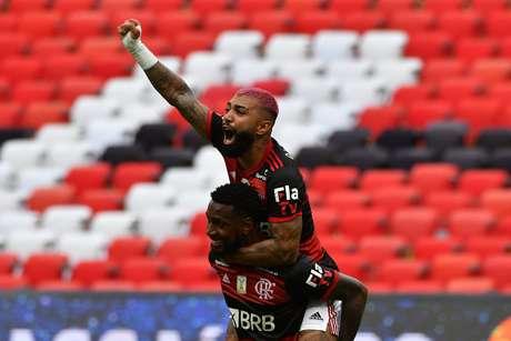 Gerson e Gabigol comemoram vitória do Flamengo contra o Internacional