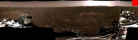 Primeiro panorama enviado pela Perseverance. Em vermelho, 200x200 o tamanho de uma imagem da Mariner 4