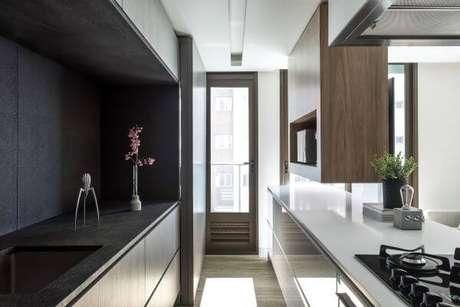 59. Cozinha com armários brancos e bancada preta – Via: Unic Arquitetura