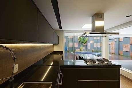 60. Cozinha americana com armários pretos – Via: Paulo Elias