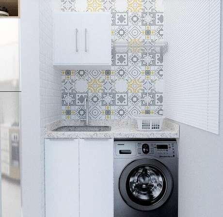 8. Revestimento branco para lavanderia se mistura com os ladrilhos coloridos. Fonte: Camila Sousa Teodoro