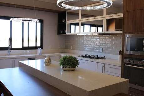 58. Decoração com bancada de cozinha em granito bege – Via: Revista VD