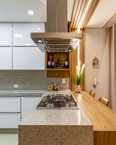 34. Bancada de cozinha em granito bege com cooktop – Via: Decor Salteado