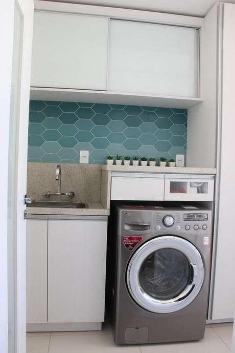 12. Revestimento para lavanderia interna feito com azulejo hexagonal com nuances de azul. Fonte: 501 Arquitetura