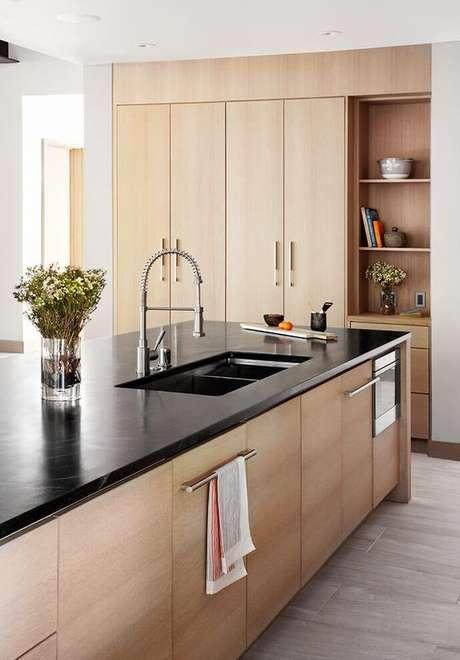 7. Cozinha com bancada em granito preto – Via: Home Adore