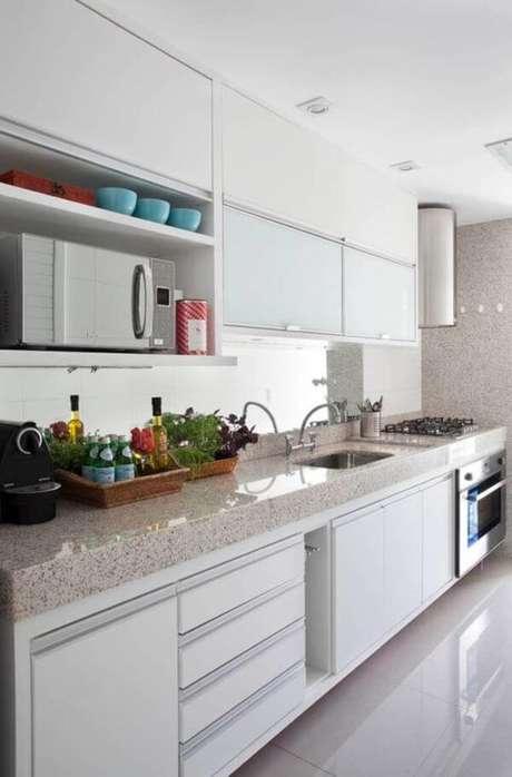 33. Cozinha pequena e clara com granito bege – Via: Casa Vogue