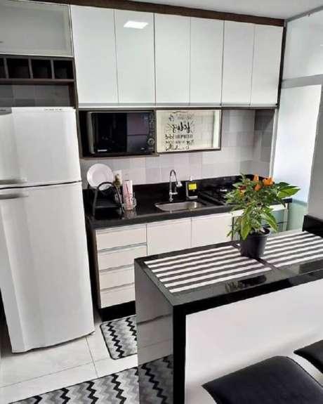 50. Cozinha branca com bancada de granito preto – Via: Pinterest