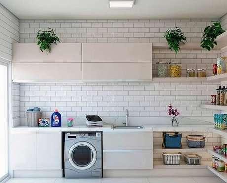 7. Bancada ampla e revestimento para lavanderia branco metro white decoram o espaço. Fonte: Arquitetura Kamilla Santana