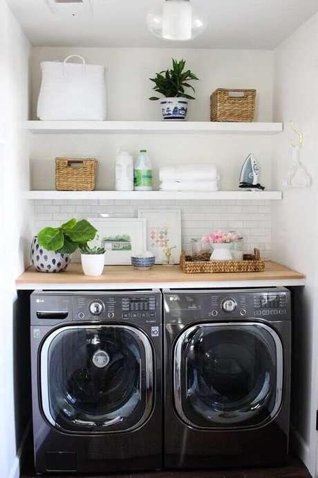 5. O revestimento para lavanderia pequena em tom branco dá a sensação de amplitude no ambiente. Fonte: Katrina Blair