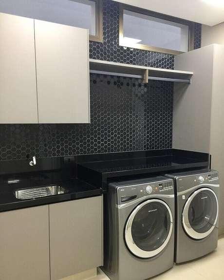 30. O revestimento para parede de lavanderia preto traz sofisticação para o ambiente. Fonte: Yuli Felde